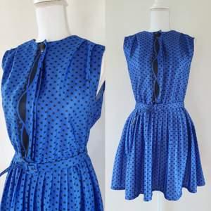 Vintage klänning i storleken M , stretch i midjan. Med knappar framtill, bra skick endast lite sliten framtill (syns knappt) gratis frakt