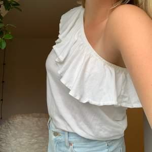 Vitt one shoulder linne från Hm verkligen så fint med volangen😊