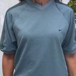 Säljer en skitsnygg ljusblå Vintage Nike T-shirt!! Inga fläckar på själva plagget utan blev något konstigt ljus på bilden, alltså jättefint skick!! Bild 2 o 3 visar rätt färg!💙🦋🐳🧢🧚🏽♀️