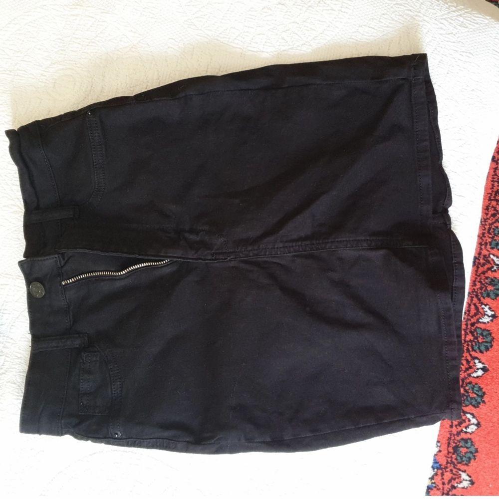 Jeanskjol från Bikbok i storlek S men lite liten i storlek så passar även XS. Använd 2 ggr. 100 kr. Hämtas i Farsta. Kjolar.