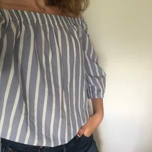 Off shoulder blus från Åhléns i nyskick⛄️   Tunnt bomullstyg (100%)   Fraktkostnad tillkommer