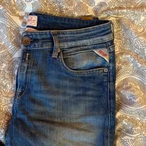 """Säljer skönaste och snyggaste replay jeansen!! Nypris 1400kr. Modellen heter """"Vicki"""". Säljes pga kommer inte till användning längre."""