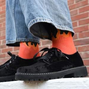 Ett par coola svarta skor i begagnat skick! Storlek 39. Har några sprickor i sulan (bild 3). Kostar 200 kr inklusive frakt. Hoppas de hittar ett trevligt hem! :)