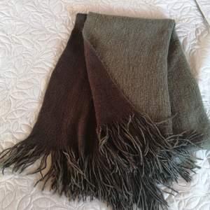 Svart och millitärgrön halsduk från Åhléns. Hittade en annan halsduk som jag fastnade mer för och säljer därför denna. Den är använd ca 2 gånger och i gott skick.