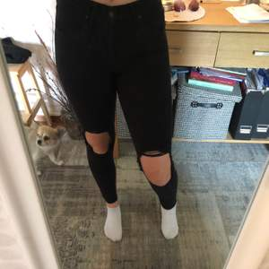 Svarta Levis jeans köpta i USA använda fåtal gånger utan orsak. Högmidjade och med två hål på knäna. Sitter bra. Frakt ingår ej i priset