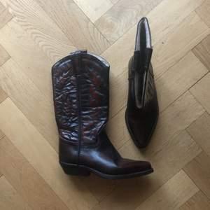 CIAK Cowboy boots i mörkt läder (made in Italy). Det står under att storleken är 39 men jag skulle säga att dom passar en 38 möjligen 37.5. Bootsen är i gott skick, säljer dom pga för små! Hämtning prioriteras.