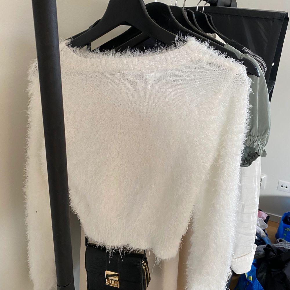 Säljer denna sköna långärmade tröjan ifrån h&m. Använd 1-2 gånger så i bra skick. Säljer för 90kr + frakt (65kr) 🤍🤍. Toppar.