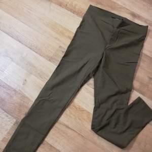 Helt nytt legging. Jag använt 1 gång bara och vill sälja den eftersom det passar inte längre mig. Det är små.
