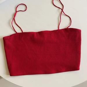 En fin kort röd topp som sällan används. Köparen står för frakten