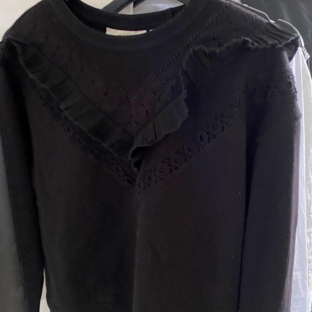 En svart sweatshirt med volang framtill! Super fin och enkel. Storlek XS men är lite större så skulle säga att den också passar S. Använd fåtal gånger. Startpris: 120, går bra att buda 🖤 frakt tillkommer . Huvtröjor & Träningströjor.