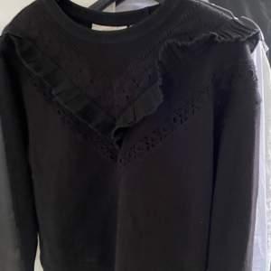 En svart sweatshirt med volang framtill! Super fin och enkel. Storlek XS men är lite större så skulle säga att den också passar S. Använd fåtal gånger. Startpris: 120, går bra att buda 🖤 frakt tillkommer