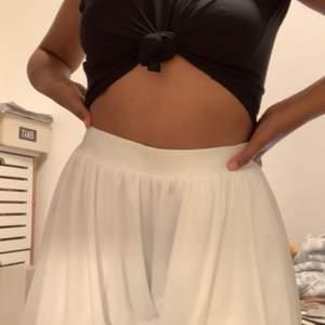 Köpt för två dagar sedan på rea i Zara. Det är skjorts men ser verkligen ut som en kjol både i fram och bak. Väldigt fint och täckande material och sitter jätte fint runt midjan🤍