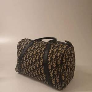 Äkta såklart och bevis följer med. Vintage. Storleken är 30 cm lång och 18 bred. Super fin väska!!! Fler bilder kan skickas, ställ gärna några frågor om ni har några :) bud från lägst 2800