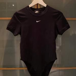 En svart t-shirt body från Nike. Sitter tight och super fint!