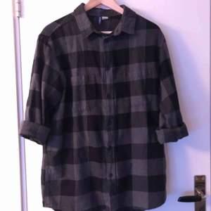 Grå, rutig flanellskjorta från HM, sitter lite oversized som typ M-L. Jättemjuk och mysig, passar till det mesta. Nypris 200kr. Köparen står för frakten :)