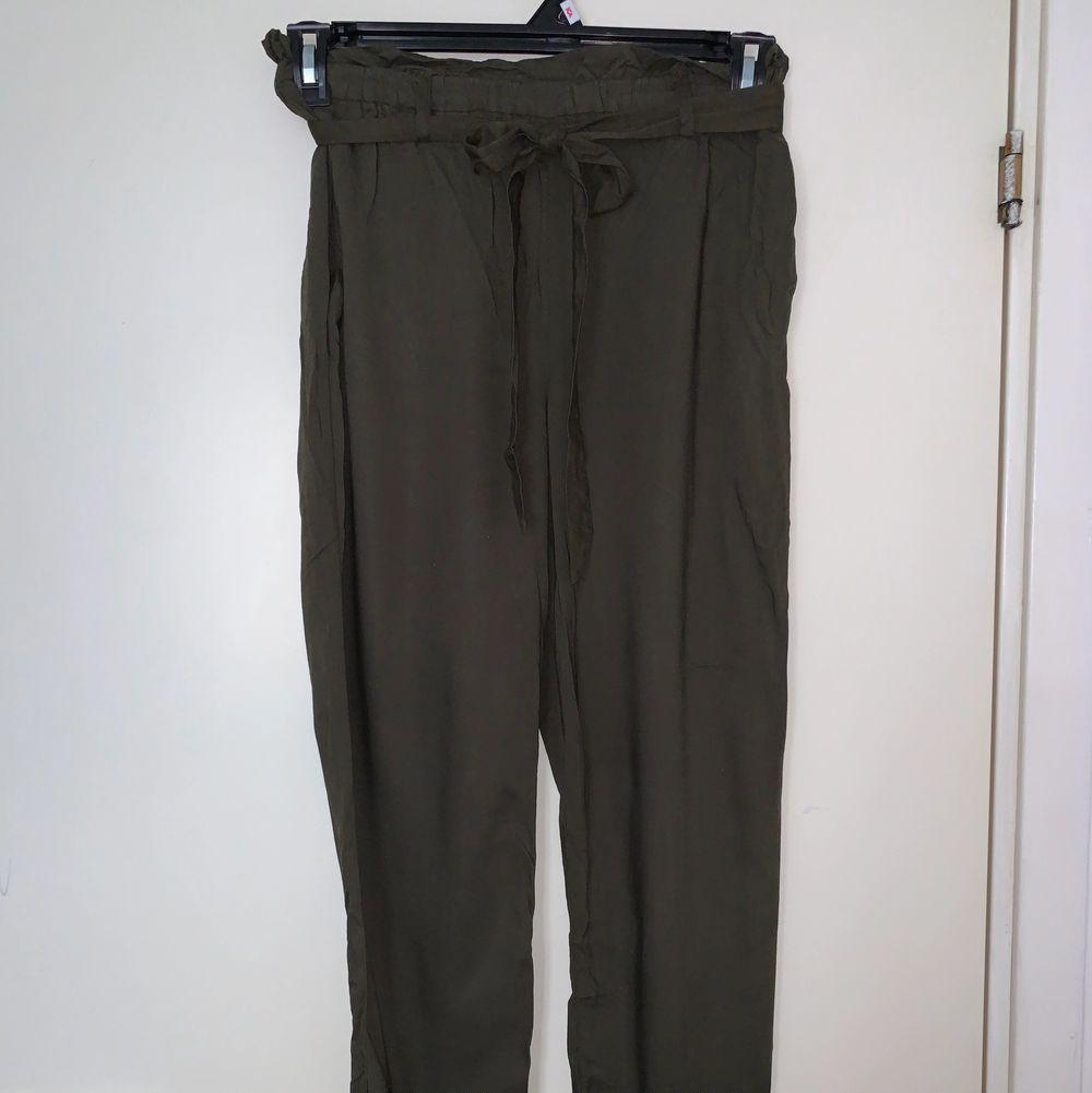 Gröna byxor med band. Hämtas upp eller fraktas. Köparen står för frakt. Frakten ligger på ca 40kr. Skicka privat för bättre bild.. Jeans & Byxor.