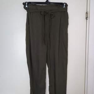 Gröna byxor med band. Hämtas upp eller fraktas. Köparen står för frakt. Frakten ligger på ca 40kr. Skicka privat för bättre bild.