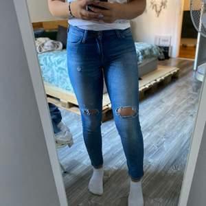 Säljer mina jeans då dom aldrig kommer till användning! Det är storlek W27 L31! Dom passar mig som har 80cm runt midjan och byxbenet är 73 cm innerlängden! Men 81cm är mitt ben ner till foten! alltså som en storlek 38 från gina! Frakt tillkommer!