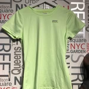 Träningströja från OTP som jag aldrig använt så nyskick på tröjan. Tröjan är i en fin neon grön färg.  Frakt tillkommer eller mötas upp i Lund/Staffanstorp