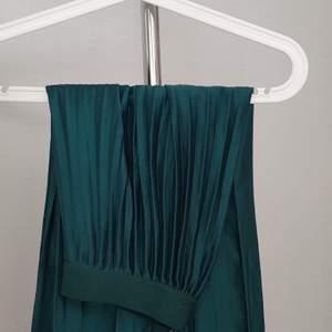 Lång grön stretchig kjol.                                   Köparen står för fraktkostnaden ✨🐉
