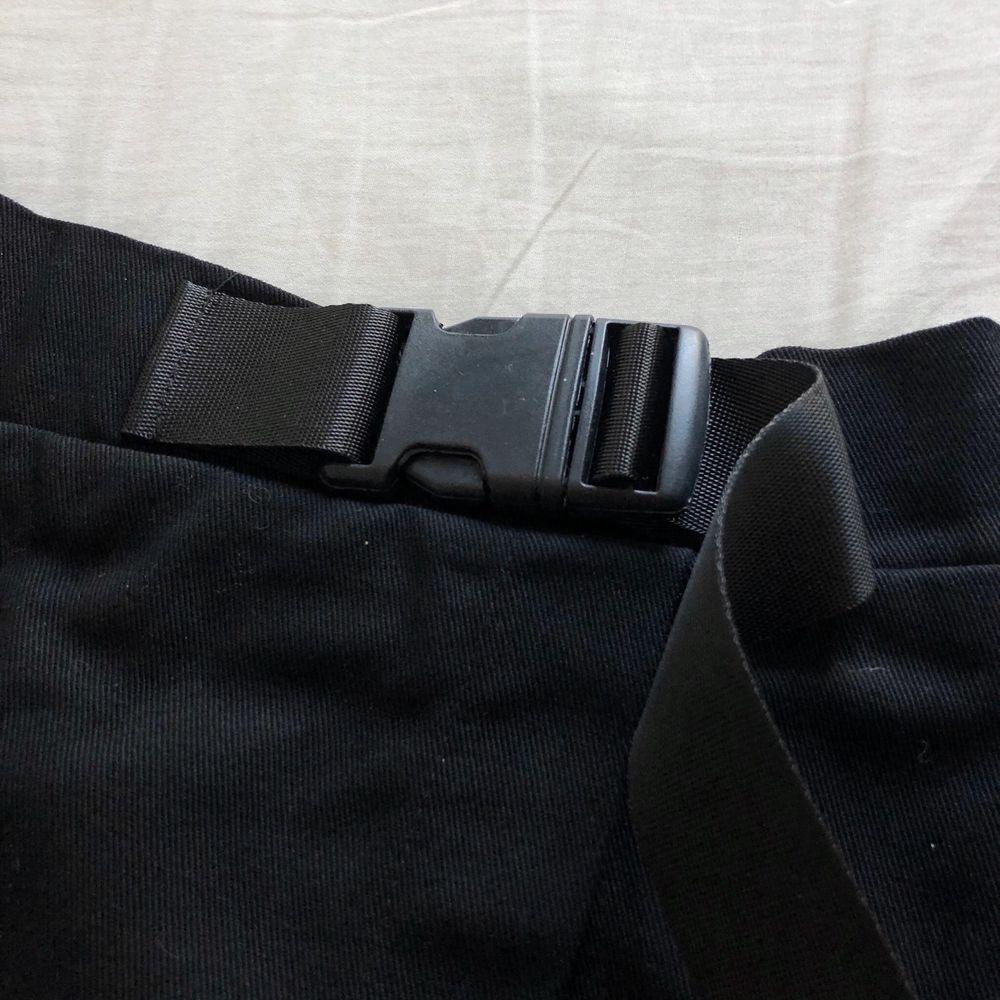 En sypersnygg kjol från Shein i storlek S men jag skulle säga att den är mer en XS. Den har en liten slits typ vid ena låret, en ficka samt ett snyggt bälte i midjan. Ger lite militärvibes! Frakt på 44kr tillkommer om den ska skickas!. Kjolar.