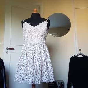 Denna oanvända studentklänning säljes. Testad 1 gång men glömde skicka tillbaka i tid. Inte min stil. Passar S och M. Väldigt fin i sina spetsdetaljer. Även lite tyll under kjolen. Inköpt för 1060 kr från Little Mistress.