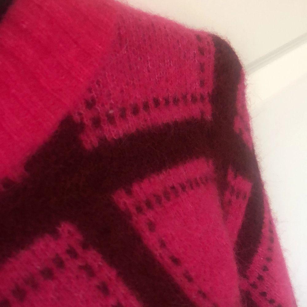Färgglad stickad tröja från Monki. Köpt för 400 kr. Starka fina färger. Aldrig använd. Riktigt fint skick! . Stickat.