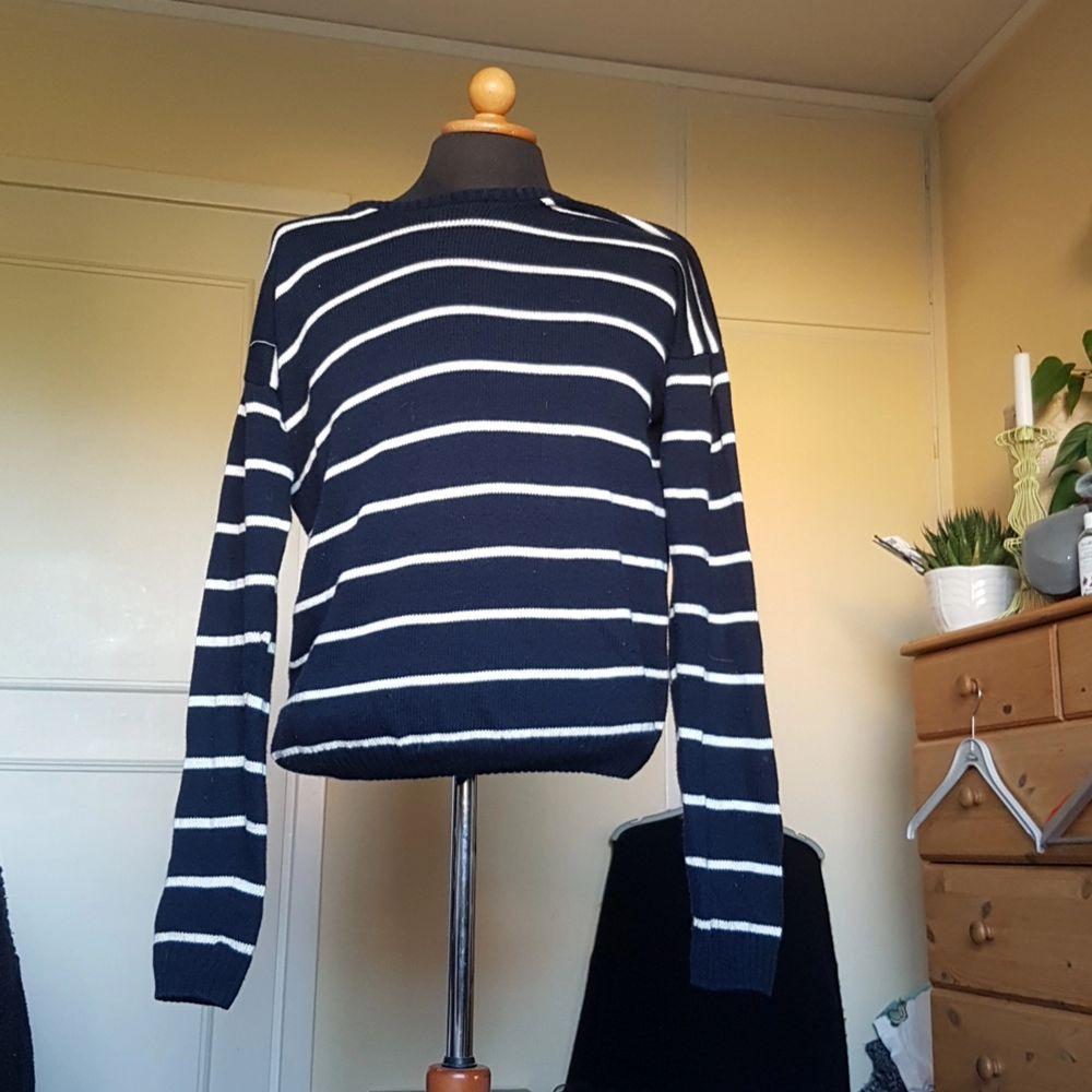 Denna stickade tröja från brandy melville säljes då den har blivit använd någon enstaka gång. Randig och fin med snygga kanter. Passar S och M bäst. Marinblå och vit randig. . Tröjor & Koftor.