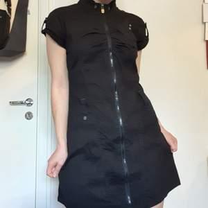 Frakt INGÅR i priset! En väldigt annorlunda klänning m. tuffa detaljer 🥀🖤 den har en dragkedja som går ända längst ner. Har även små nitar, hölje för bälte och en liten ficka vid bysten! Detta är storlek M men passar väldigt bra på en S ❤