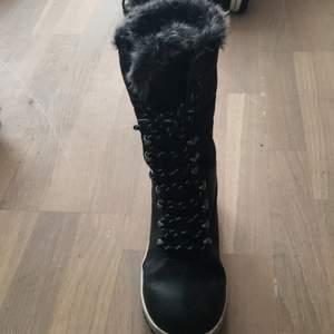 Använda en hel vinter men ej utslitna så värst. Skorna är vatten säkra och varma!