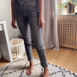 Jeans från zara väl använda men fortfarande bra skick! Köparen betalar frakt, säljer då dem börjar bli för korta för mig