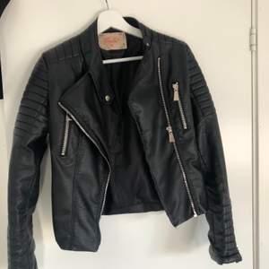 """Använd ett fåtal gånger, alltså i väldigt bra skick. Passar dig som har XS-S, den är i strl 38. Köpt från chiquelle """"Moto jacket Black"""", ordinarie pris 699kr. Frakten står man själv för."""