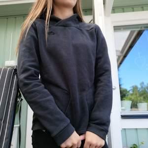 En mörkblå nästan svart hoodie från Nike! Så coola fickor! Minimalt använd pga inte min stil alls💖