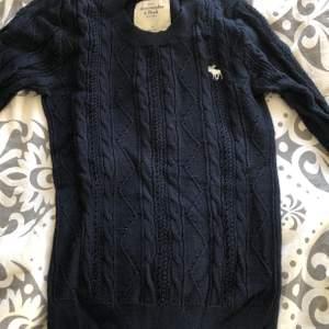 Säljer min stickade tröja från Abercrombie eftersom det inte är min stil längre. Jätteskönt material och bra skick!  Frakt 63kr:)♡
