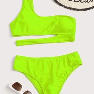 Säljer denna supergulliga neon gröna bikinin ifrån shein! Den är i minsta storleken alltså s. Bikinin är helt oanvänd:)) frakten ligger på 20kr💖