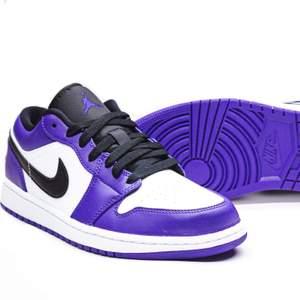 Säljer ett par Air Jordan 1 Low court Purple i storleken 42,5! Skorna är nya och kvitto finns självklart😊