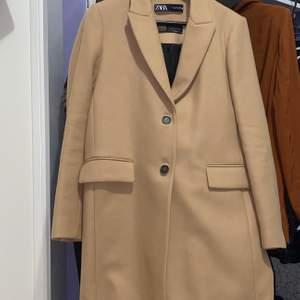 Säljer en kappa som är endast använt 1 gång. Helt ny och frakten ingår i priset.