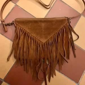 Fin väska i mocka med fransar, från don donna.
