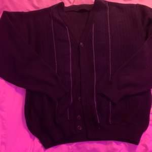 Sjukt snygg trendig kofta!! Köpt den second hand men fortfarande väldigt bra skick!! Den är väldigt oversized på mig och jag är en xs/s, men tror den är oversized på en m också! Färgen är marinblå!!