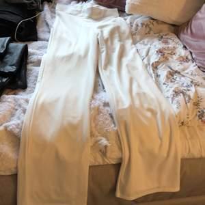 Vita kostymbyxor, använda en gång. Köpta på Nelly. Väldigt sköna