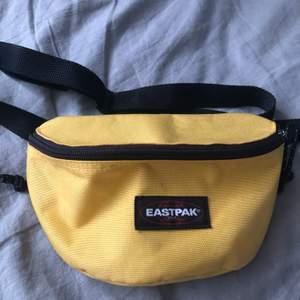 Gul eastpak väska!! Använd vid 1 tillfälle, så så gott som ny! Köparen står för frakt!❤️