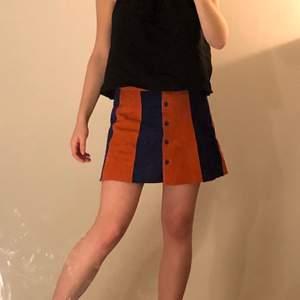 Den perfekta kortkjolen! Orange och blå mocka, köpt på Beyond Retro. Frakt 66 kr❣️ Men kan mötas upp i Stockholm.