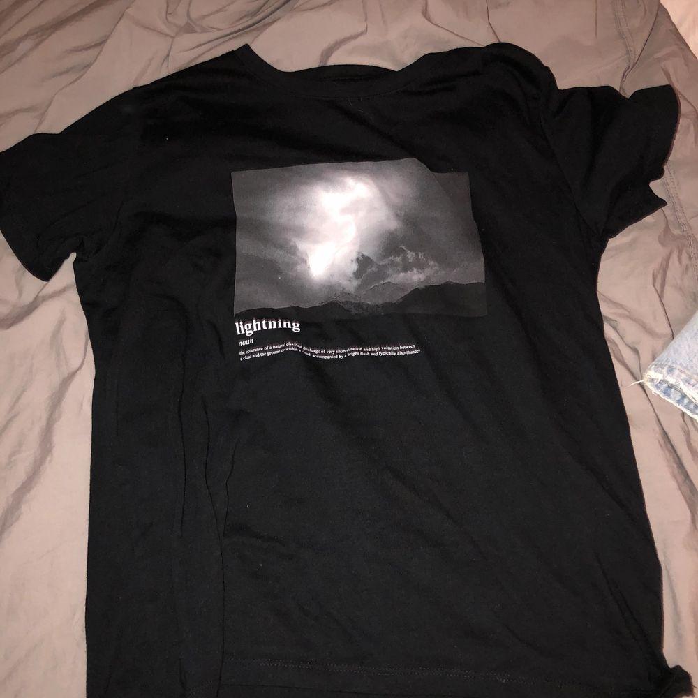 Jättefin tröja från lager 157, köpt för ett halvår sen o är knappt använd💖 st M men passar Xs-L beroende på hur man vill att den ska sitta! Frakt tillkommer på 63kr🤗. T-shirts.