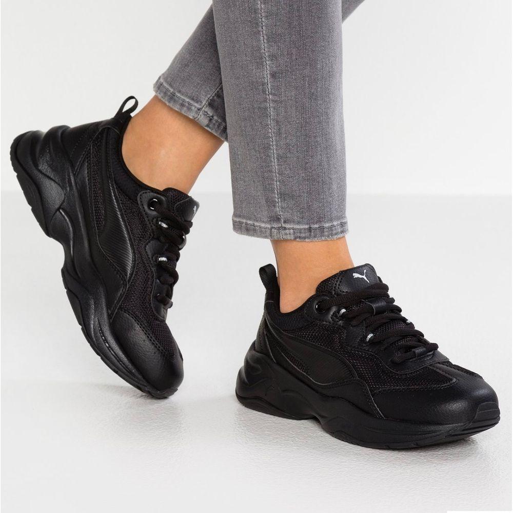 Chunky sneakers från Puma som jag använt ca 4 gånger då jag tillslut insåg att de är för små för mig och fick beställa nya. Har en sula i gelé som gör de till de skönaste skorna jag har ägt! De heter Puma Cilia Sneakers black på Zalando där det finns bättre bilder. Köptes för 579 kr 🌸. Skor.