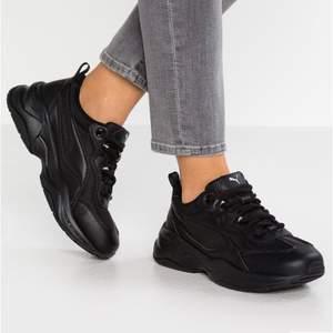Chunky sneakers från Puma som jag använt ca 4 gånger då jag tillslut insåg att de är för små för mig och fick beställa nya. Har en sula i gelé som gör de till de skönaste skorna jag har ägt! De heter Puma Cilia Sneakers black på Zalando där det finns bättre bilder. Köptes för 579 kr 🌸