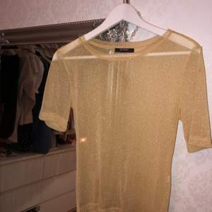 Superfin mesh tröja i en fin gul färg, väl använd men bra skick