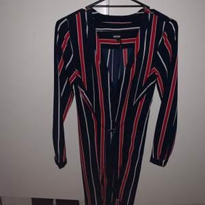 Randig klänning från Bubbleroom! Använde den på lim brors student för 2 år sedan, inte använd sedan dess. Har även en skjorta i samma stil, så kika in min profil om det  låter intressant! Kostade runt 300kr. Storlek 36. Djur finns i hemmet. Frakt 63kr.