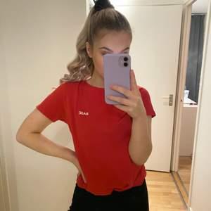 Röd T-shirt från NA-KD. Fint skick! Frakt tillkommer.