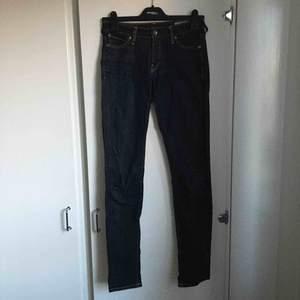 Mörblå jeans från Crocker. De har ett hål vid insida lår, som lätt går att sy!