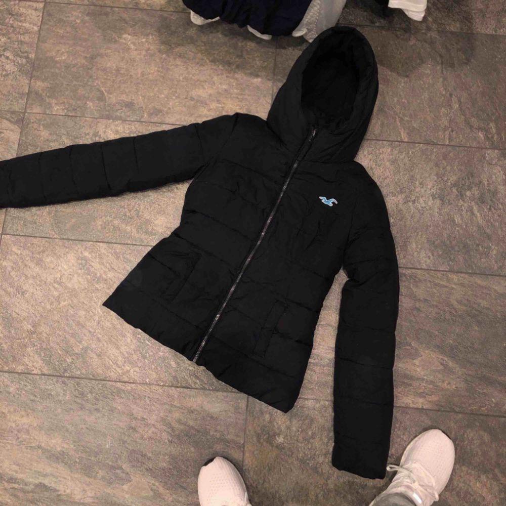 Säljer ett hollister paket: jacka och 3 hoodies varav en med dragkedja.  Plaggen har några år på nacken. Grå hoodie: XS, Mörk grå hoodie: S, Hoodie/dragkedja: XS. Jacka: XS  Jackan är i finast skick, sedan grå hoodie, mörk gråa och sist förstår ni. . Jackor.